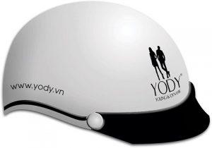in logo lên mũ bảo hiểm YODY