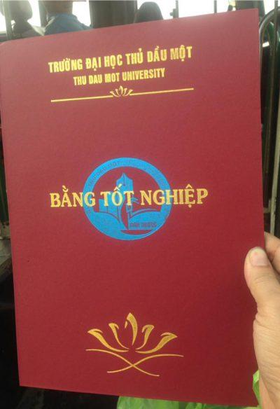 In logo lên bìa da đựng bằng tốt nghiệp