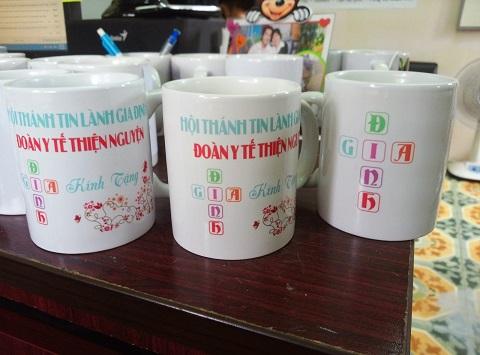 in chữ lên cốc sứ nhiều màu