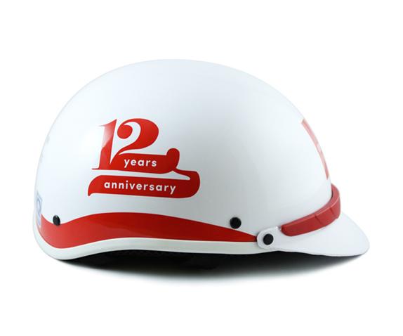 in logo lên mũ bảo hiểm làm quà tặng sự kiện