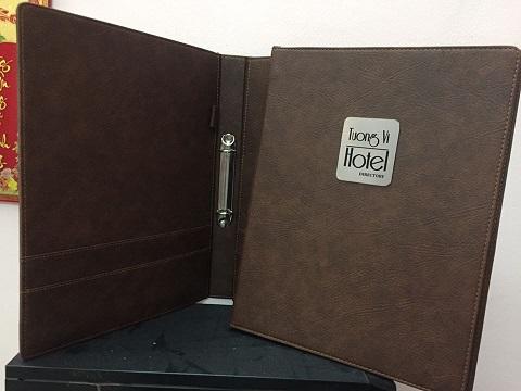 Mẫu menu bìa da gáy còng inox