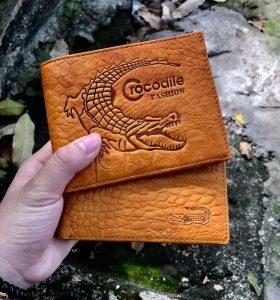 In logo cá sấu lên ví da