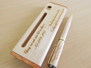 quà tặng 20-11 bút gỗ khắc tên