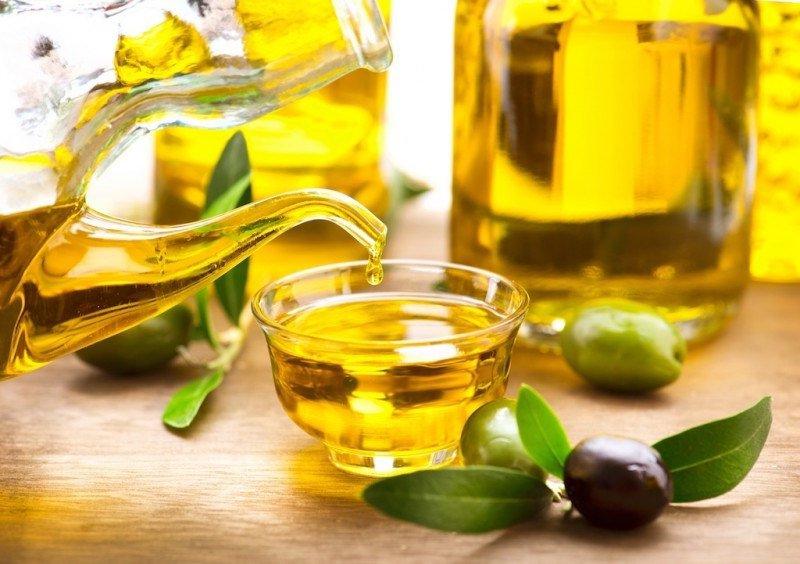 Dùng dầu oliu làm mềm đồ da thật